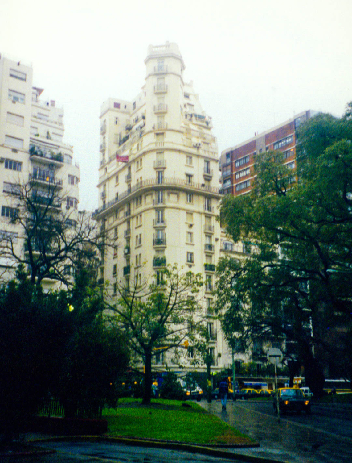 <p>An elegant flat with improbably narrow top floors at the corner of Juncal and Montevideo. </p>