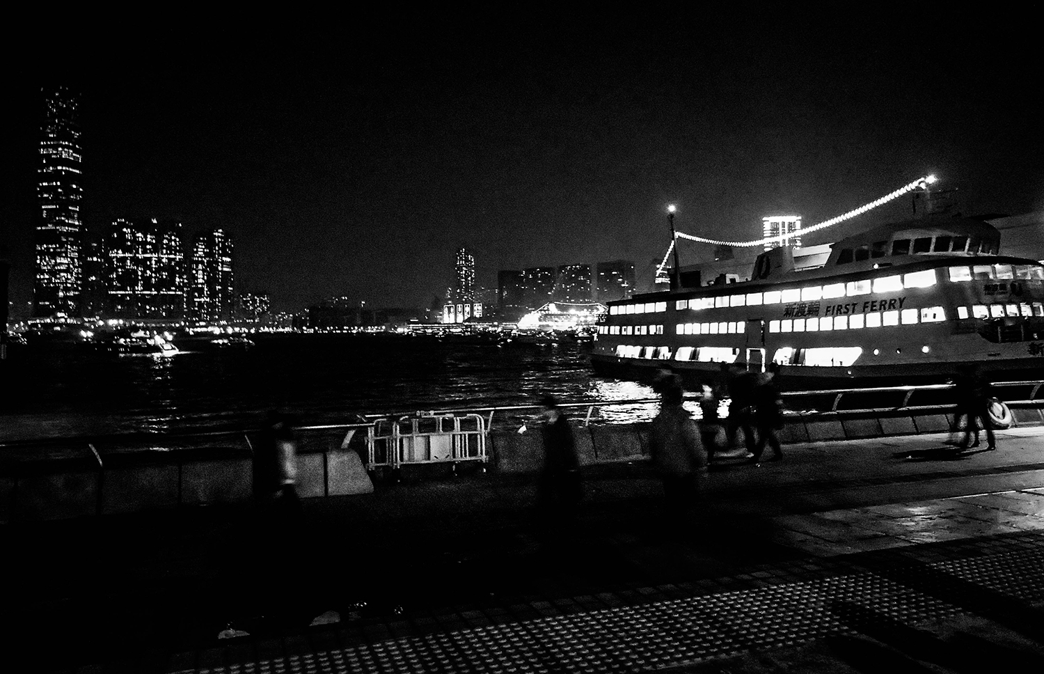 <p>Hong Kongers rush along the waterfront shortly before midnight on New Year's Eve 2013.</p>