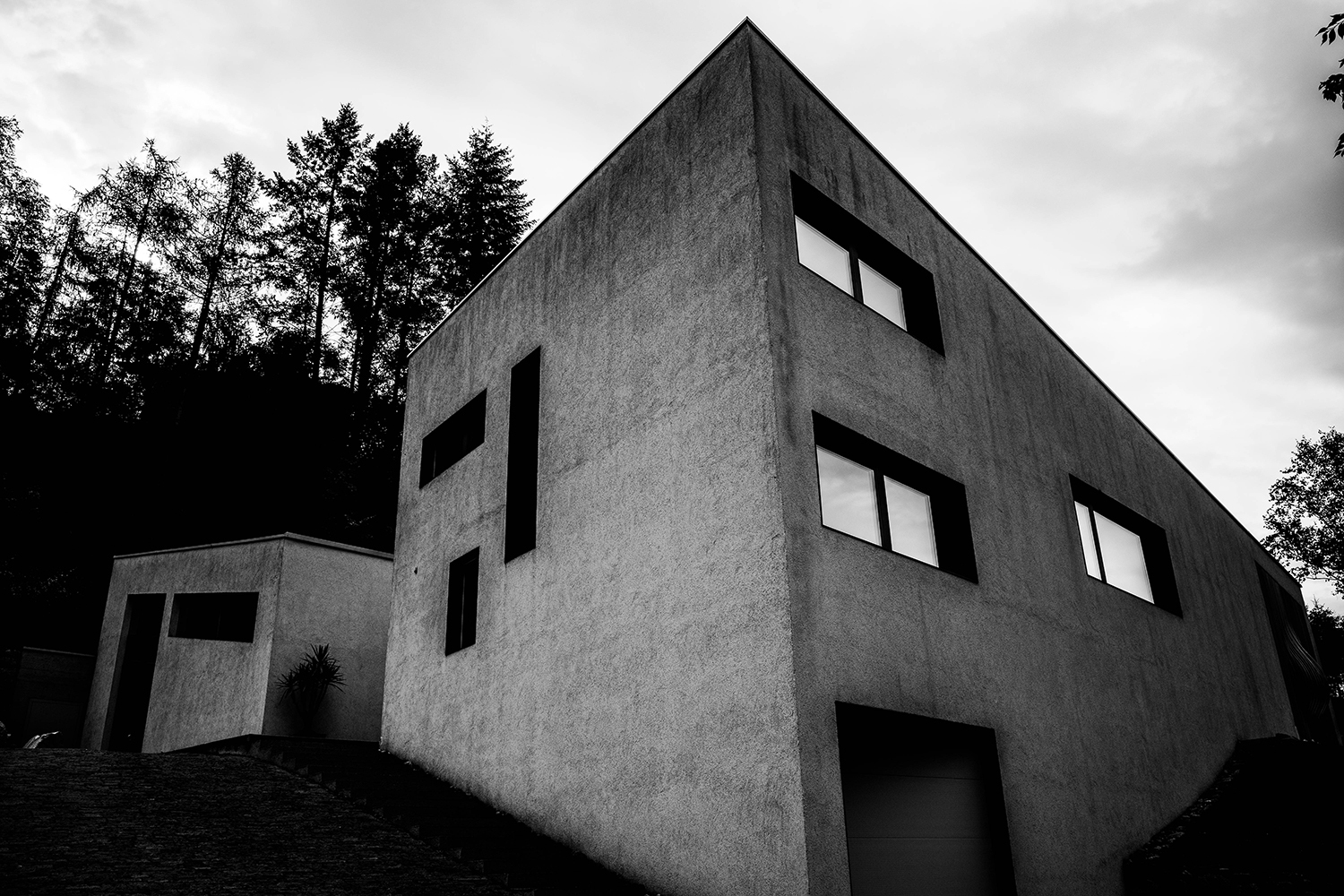 <p>An angular modern house plays with the slope of its plot near Bressanone. The large front windows overlook vineyards.</p>